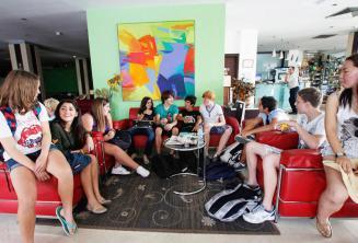 Ingilizce dil okulu ogrencileri okul rezidansinin lobisinde