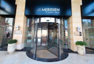 St Julians'daki Le Meridien otelinin girişi