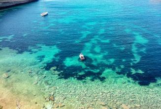 Malta'daki açık bir akuamarinli su kuyusu görüntüsü