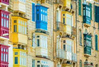 Birçok renkli Malta balkonları