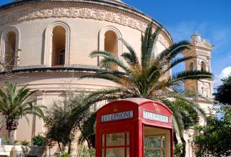 Mosta Rotunda'nın önündeki kırmızı bir telefon kutusu