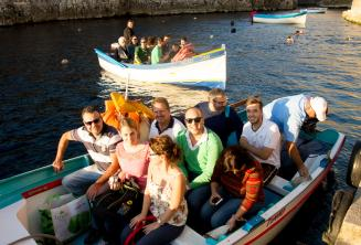 Blue Grotto'ya tekne turu için hazır öğrenciler
