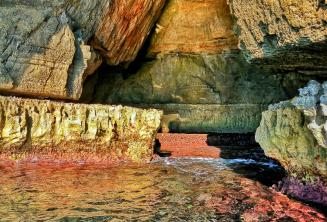 Blue Grotto'daki sudaki parlak renkler