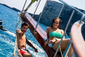 Malta'da Comino'da teknenin güvertesinde uzanan 2 öğrenci