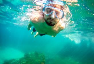 Öğrenci şnorkelle dalma