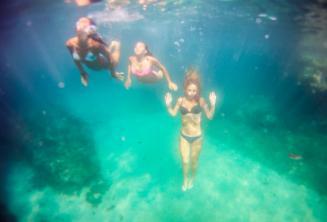 Sualtında yüzen 3 arkadaş