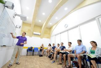Malta'da bir dil okulunda klimalı sınıf