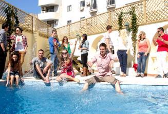 Havuzun keyfini çıkaran öğrenciler