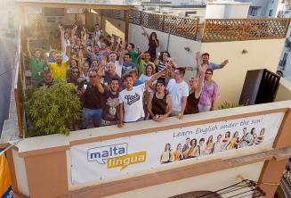 Okulun çatı terasında sallayarak İngilizce dil öğrencileri