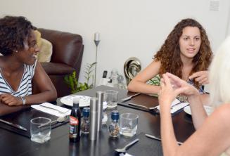 St Julians'daki misafir ailesi ile birlikte akşam yemeğinde İngilizce öğrencileri