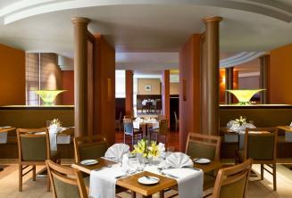 Le Meridien otel lokantasında, St Julians