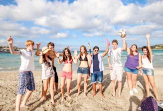 Dil okulu ogrencileri sahilde