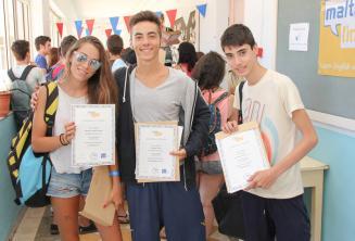 Uc ogrenci Ingilizce kursu bitirme sertifikalariyla