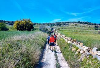 Malta'daki kırsal kesimde yürüyen bir grup İngiliz öğrencisi