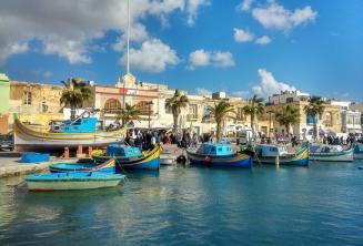 Malta'da bir balıkçı köyünde tekneler