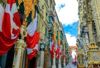 Malta, Valletta'daki bir cadde bayraklarla süslenmiştir