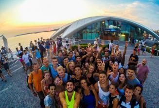 Cafe del Mar'da bir partiye giden İngilizce öğrencileri