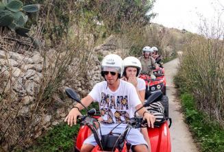 Gozo'da dörtlü bisiklet turunda öğrenciler