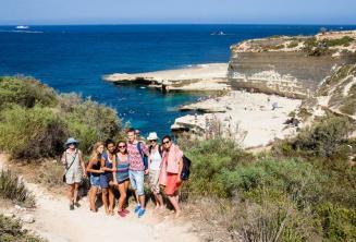 Malta'nın St Peter's Pool'u ziyaret eden İngilizce öğrencileri